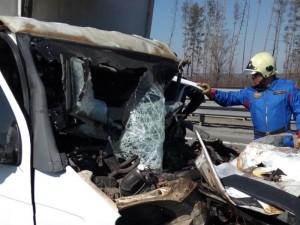 В результате столкновения один из рабочих получил травму головы, а водитель Газели скончался. Для деблокирования погибшего водителя в 10:18 на место происшествия выехали спасатели ПСО  Тольятти.
