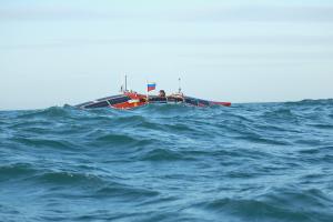 Конюхов рассказал, что не ел уже много часов: из-за шторма лодку сильно бросает из стороны в сторону, и путешественник не рискует вскипятить воду.