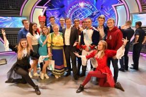 После насыщенного рабочего дня к болельщикам КВН присоединился глава региона. Дмитрий Азаров поздравил всех с замечательной игрой.