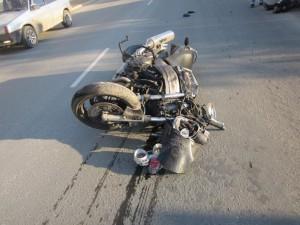 В результате ДТП мотоциклист получил травмы и был госпитализирован.