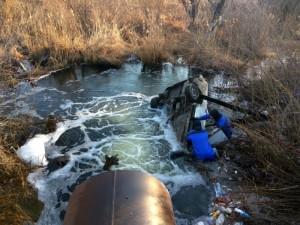 Чтобы извлечь тело погибшего мужчины из автомобиля спасатели использовали водолазное снаряжение.