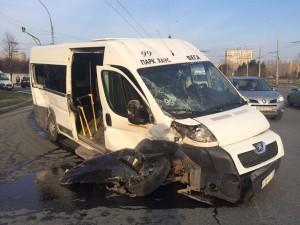 В Тольятти столкнулись автобус Пежо и иномарка БМВ Пострадали два пассажира автобуса.