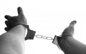 Накануне из изолятора в Барун-Хемчикском районе сбежали девять задержанных, когда их вывели за вещами в каптерку. Двое беглецов напали на дежурного полицейского и нанесли ему несколько ударов ножом.