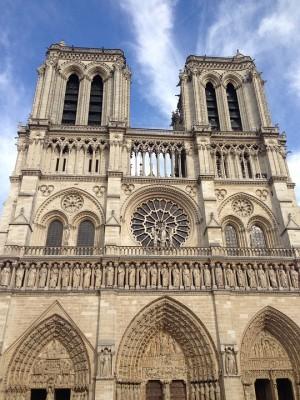Собор Парижской Богоматери охвачен огнем, экстренные службы пытаются справиться с возгоранием. В соборе велась реконструкция, однако он продолжал принимать туристов.