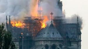 Пожар в соборе Парижской Богоматери потушен Полностью обрушились крыша собора, шпиль и часы.
