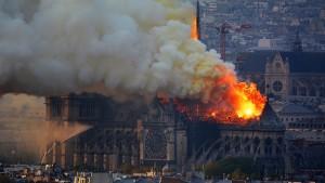 Французские власти отметают версию в Нотр-Даме, Со вторника объявлен национальный сбор средств на восстановление собора.
