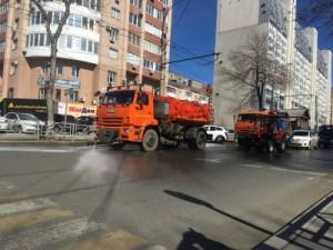 Сегодня генеральная уборка проводилась на улицах Красноармейская, Агибалова. Как правило, большие пылесосы проходят по проезжей части в тандеме с моечной техникой, а малогабаритные – по тротуарам.
