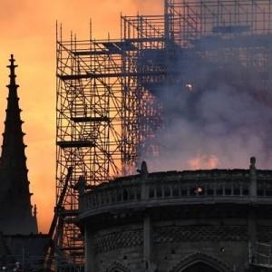 Французы собрались для совместной молитвы о спасении храма Нотр Дам после пожара