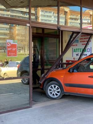 В Самаре водитель BMW втолкнул в двери ТЦ «Мелодия» Lada Kalina В подробностях ДТП предстоит разобраться сотрудникам ГИБДД.