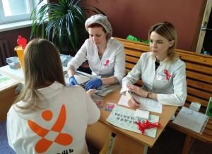 За два часа работы мобильной лаборатории медики успели проконсультировать и проверить ВИЧ-статус у 64 человек. Все результаты тестированияотрицательные.