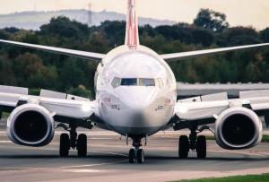 В авиакомпании сообщили, что выброс пламени из двигателя спровоцировал порыв ветра.