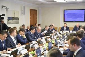 На совещании обсуждались стратегические проекты, реализуемые в Самарской области и планы социально-экономического развития региона.