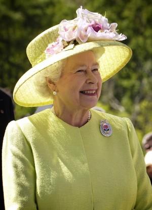 Обычно день рождения королевы отмечается артиллерийским салютом, но только не в воскресенье: так что в этом году салют прогремит в лондонском Гайд-парке, в Тауэре и в Виндзоре - в полдень в понедельник.