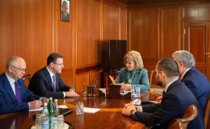 После встречи Валентина Матвиенко и Дмитрий Азаров осмотрели выставку Самарской области в Совете Федерации.