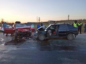 Для транспортировки пострадавших из аварийных автомобилей в машину скорой помощи спасатели использовали спасательные щиты.