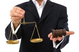 Адвокаты защиты тоже это понимают, поэтому регулярно пытаются любым способом затянуть судебный процесс.