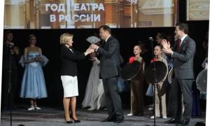 На сцене Нижегородского театра драмы Ольга Голодец передала символ Театрального марафона Игорю Комарову и Глебу Никитину.