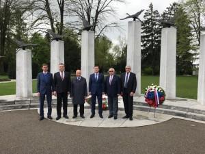 Концепция памятника символична: двумя полукругами расположены восемь стел из словенского мрамора, символизирующие годы Первой и Второй мировых войн.