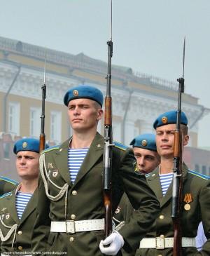 Накануне в ряде изданий появилась информация, что курсанты Рязанского училища ВДВ якобы сорвали свои погоны в знак протеста против отмены погон традиционного голубого цвета.