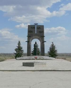 Волонтерская акция у памятника семье Володичкиных в Самарской области