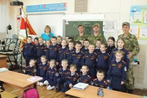 Первыми, кому символично прикрепили к груди черно-оранжевые ленточки, стали кадеты подшефного класса имени Героя России Анатолия Романова.