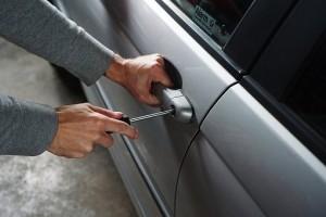 Самарец украл видеорегистратор из автомобиля