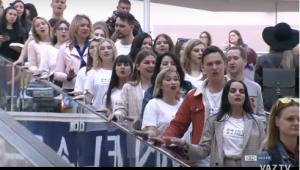 В Тольятти 9 мая молодежь организовала флешмоб в торговом центре на эскалаторе