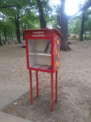 В самарском сквере восстановили сожженную вандалами мини-библиотеку