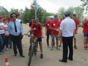 Полицейские провели с участниками увлекательную разминку и организовали для них настоящее спортивное соревнование.