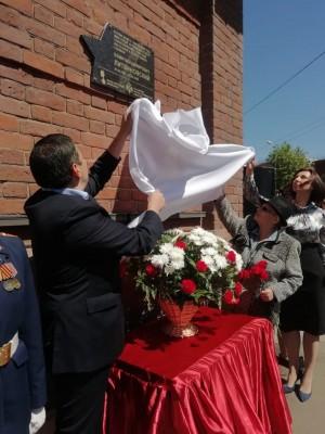 На доме, где он жил (ул.Куйбышева, 44).