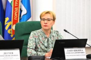 Елена Лапушкина рассказала об итогах работы городских властей в сфере социально-экономического развития, ЖКХ, строительства, реконструкции и ремонта автомобильных дорог, благоустройства, экологии и др.