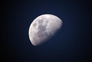 Глава Amazon допустил появление пунктов выдачи на Луне