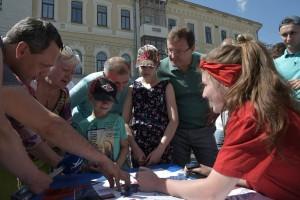 К ним присоединился и губернатор Дмитрий Азаров. Он прошел несколько станций.