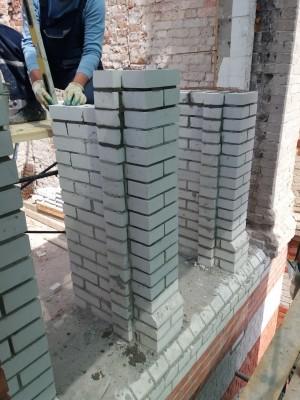 В настоящее время завершены работы по демонтажу поврежденной кирпичной кладки части простенков восточного и южного фасадов и поздних конструкций крыши.