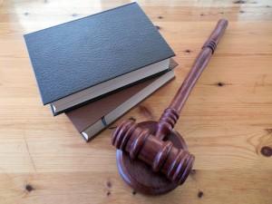Согласно решению суда она должна будет отчислять четвёртую часть своего заработка на содержание дочери.