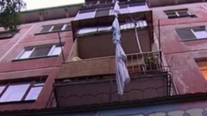 В Сызрани запертая мужем женщина решила выйти в окно пятого этажа по скрученным простыням