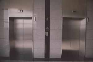 В Самаре сотрудники Ленинского суда запрещали посетителям пользоваться лифтом