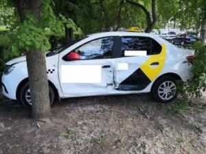 В Тольятти Renault Logan врезался в световую опору