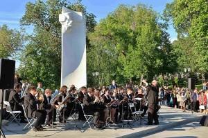 Фестиваль начнется с 15.30 парадом оркестров по улице Куйбышева. Коллективы музыкантов, группы барабанщиц и мажореток под звуки праздничных маршей пройдут от площади Революции до Струковского сада.