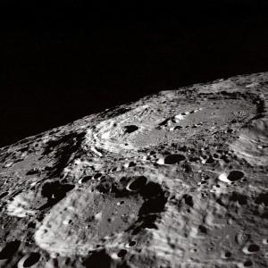 Выход космонавтов на поверхность Луны без использования шлюзового отсека позволит сберечь внутренний объём лунного корабля от попадания лунной пыли.