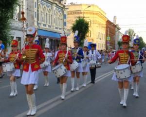 Участники музыкального парада будут останавливаться, и показывать дефиле и плац-концерты.
