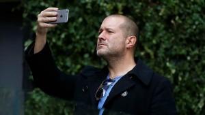 Apple объявила, что главный директор по дизайну Джони Айв покинет компанию в этому году, чтобы основать собственную дизайнерскую студию LoveFrom. Он проработал в Apple 27 лет.