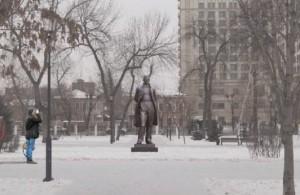 Высота памятника, выполненного Зурабом Церетели, — 3,5 метра. Памятник будет подсвечен специальным оборудованием и будет виден жителям города даже в ночное время.