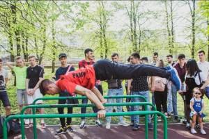 Наиболее подготовленные атлеты – виртуозы уличного воркаута выступят в дисциплине Батл по Workout и Gimbarr .