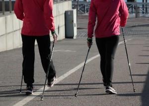 До этого на набережной все желающие могли поучаствовать в мастер-классах, которые провели инструкторы скандинавской ходьбы.