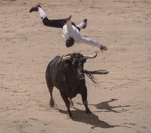 В течение почти трёх минут сотни мужчин убегали от разгневанных быков по улицам испанского города.