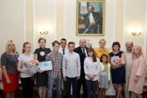 Сертификаты на улучшение жилищных условий из рук Елены Лапушкиной и председателя самарской городской Думы Алексея Дёгтева получили первые две семьи – Каюковы и Ржевские.
