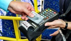 Оплачивать проезд в общественном транспорте в Тольятти теперь можно с помощью бесконтактных карт и смартфонов.
