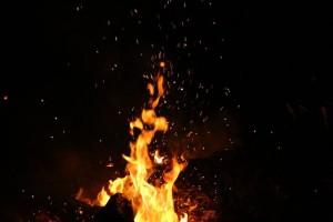 Лайф публикует фотографии, сделанные внутри. На них видны горящие постели и огонь за окном.