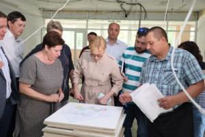 Глава города, специалисты Департамента образования и представители подрядных организаций осмотрели три детских сада и одну школу.